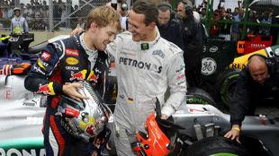Schumacher, felicitando a Vettel por su tercer título en el GP de...
