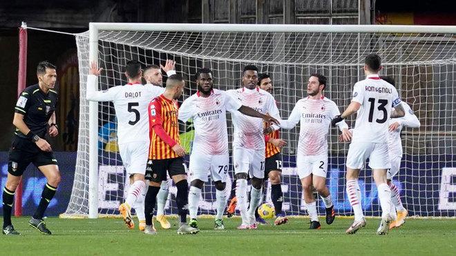 Los futbolistas del MIlan celebran el gol de Kessié.