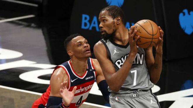 Westbrook defiende a Durant durante el Nets vs Wizards.