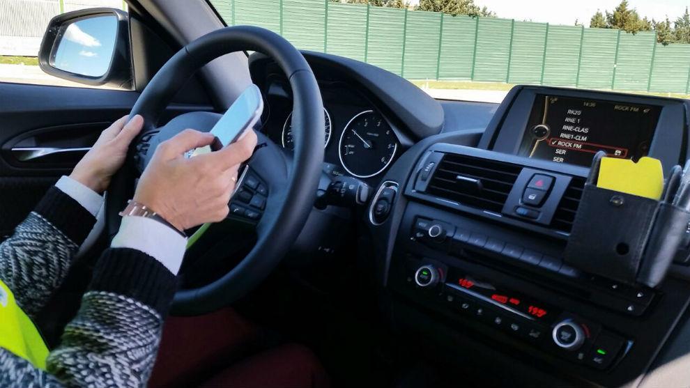 Un conductor utiliza el teléfono móvil mientras conduce.