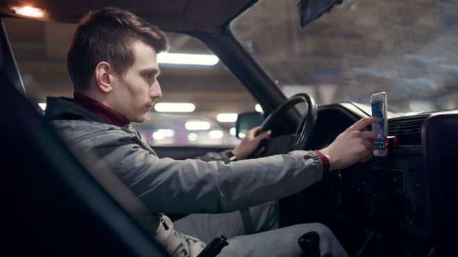 Un conductor usa el teléfono móvil mientras conduce.