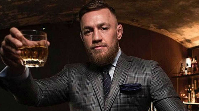 Conor McGregor, con su whisky Proper 12.