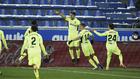 Luis Suárez celebra el gol de la victoria ante el Alavés con sus...