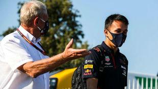 Albon y Marko, asesor de Red Bull, en una imagen de esta temporada.