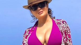 Los posados virales de Salma Hayek en bikini con 54 años
