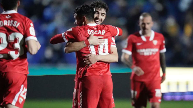 Munir abraza a Óscar tras su gol.