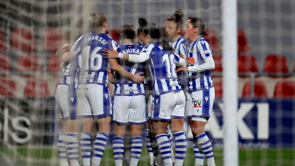 Las jugadoras de la Real celebran un gol durante un partido
