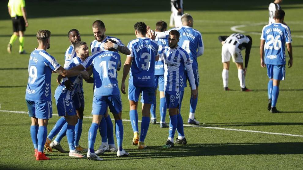 Los jugadores del Tenerife se abrazan celebrando uno de los goles...