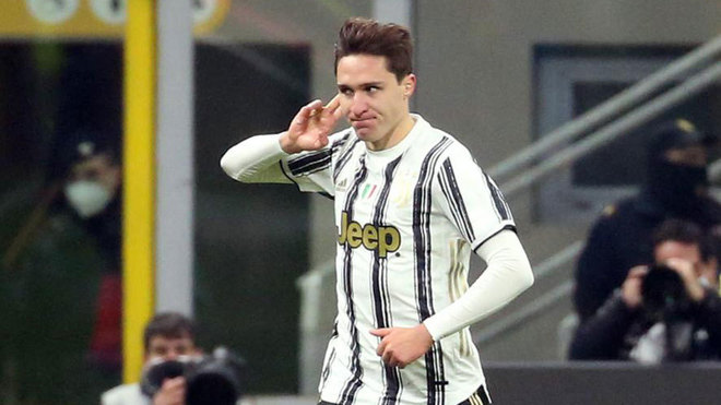 Chiesa celebra uno de sus goles al Milan.