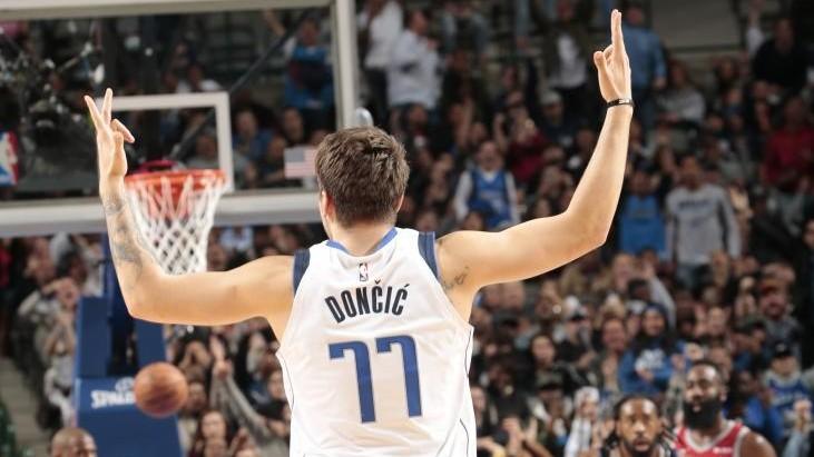 Doncic hace el símbolo de tres puntos tras anotar un triple en una...
