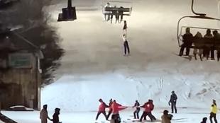 Terror en la estación de esquí: una esquiadora resbala y se queda colgada del telesilla