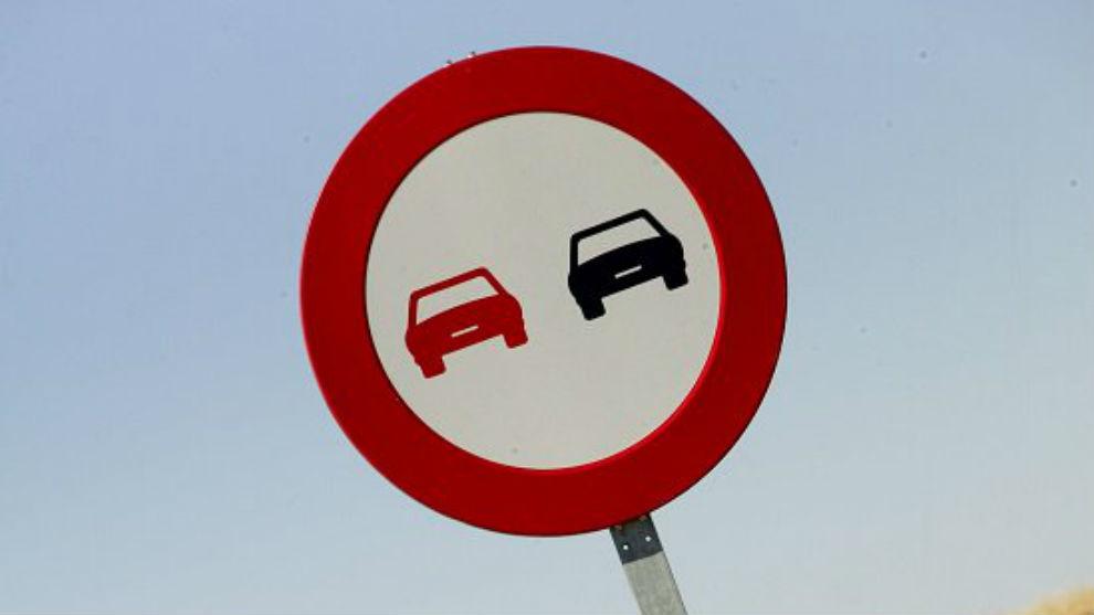 La medida refuerza el mensaje de que la maniobra de adelantamiento conlleva un riesgo de colisión frontal.
