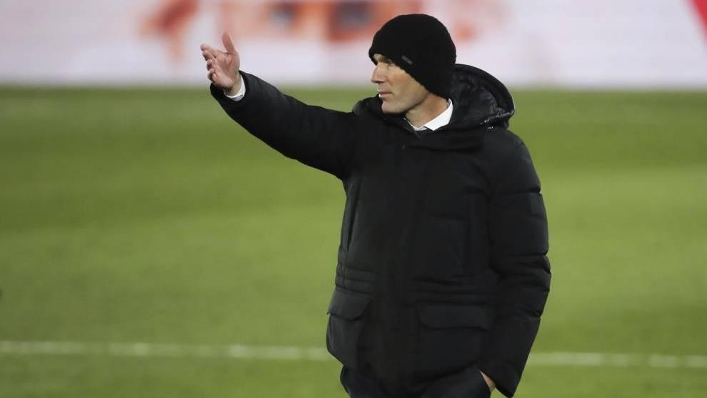 Zidane da instrucciones a sus jugadores.