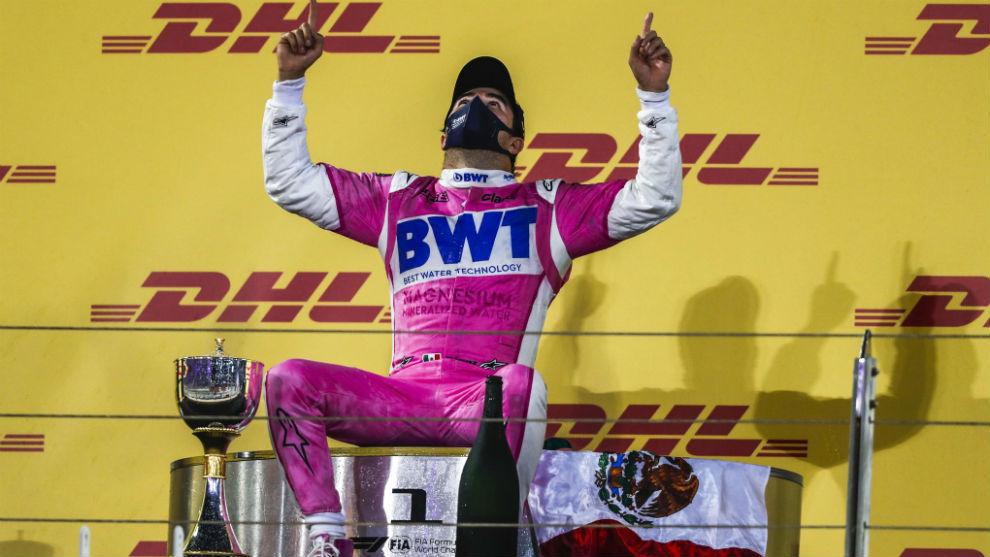 Checo Pérez, celebrando su victoria en el GP de Sakhir.