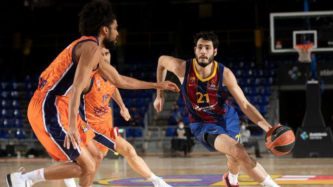 Abrines ataca a Labeyrie en uno de los momentos del Barça-Valencia.