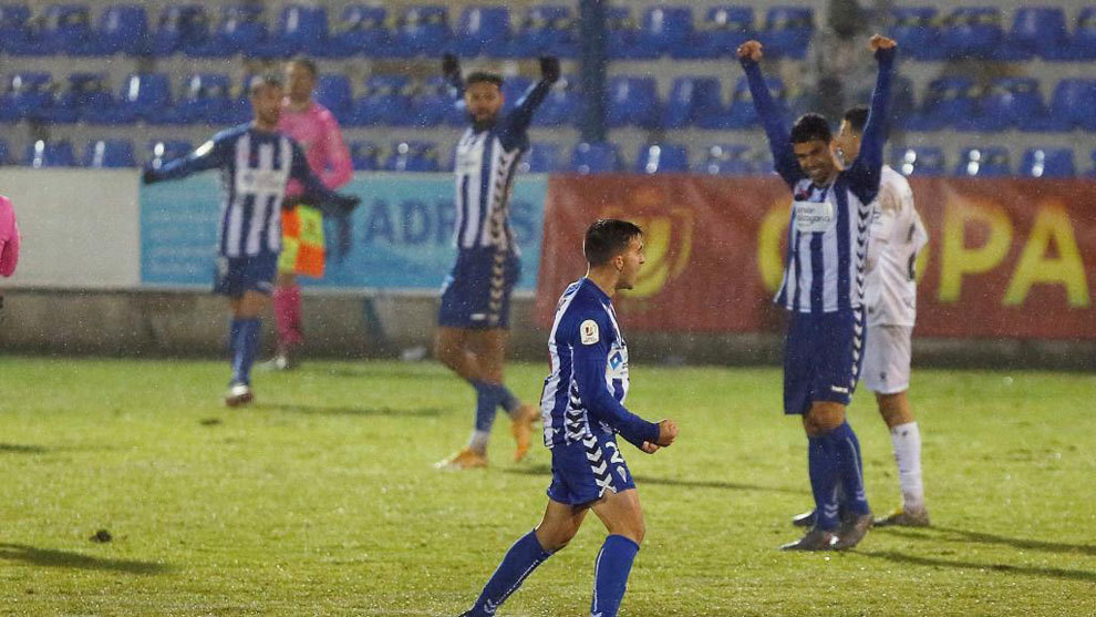 Los jugadores del Alcoyano celebran el pase.