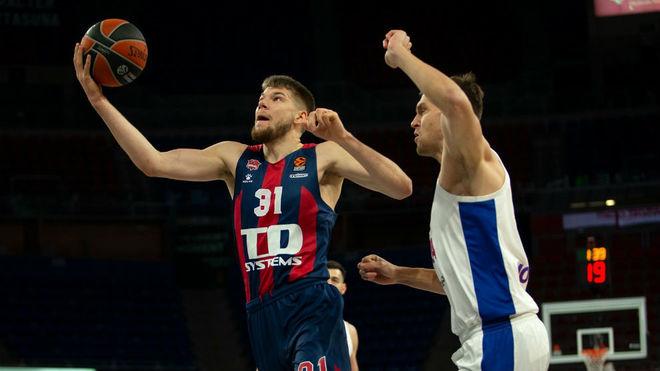 Giedraitis trata de anotar ante el CSKA.