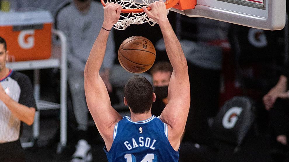 Marc Gasol machaca el aro de los Spurs