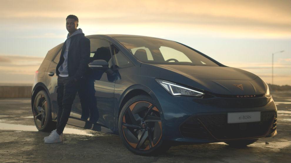 Ansu Fati, con el Cupra el-Born, el primer coche 100% eléctrico de la marca española.