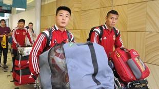 Wu Lei y Zhang Chengdong llevan sus equipajes en el aeropuerto antes...