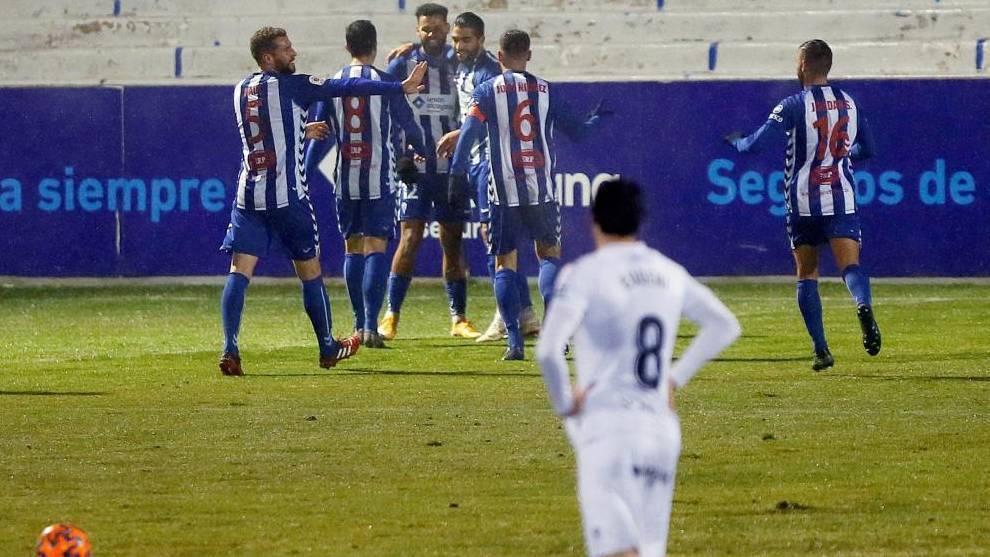 Los jugadores del Alcoyano celebran un gol al Huesca en el ultimo...