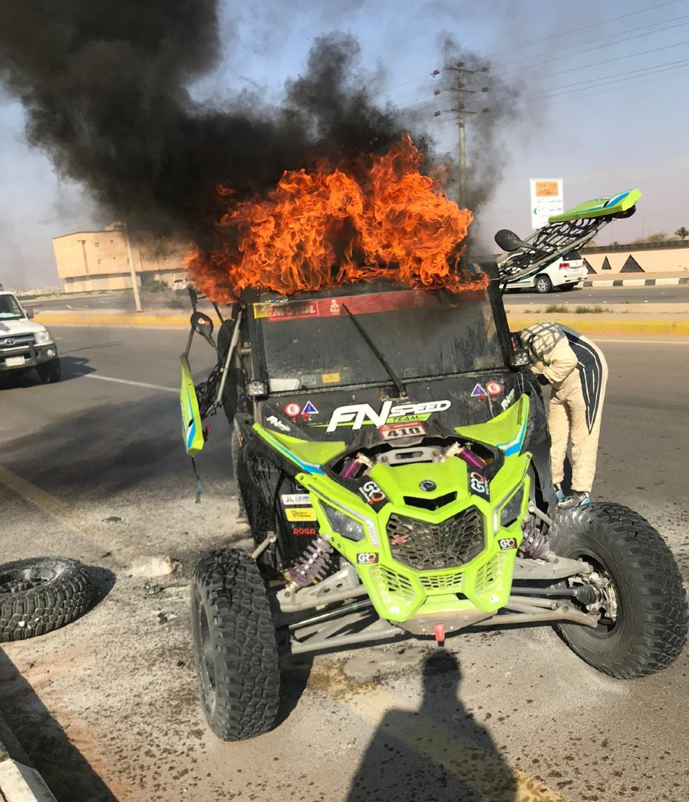 El buggy, en pleno incendio