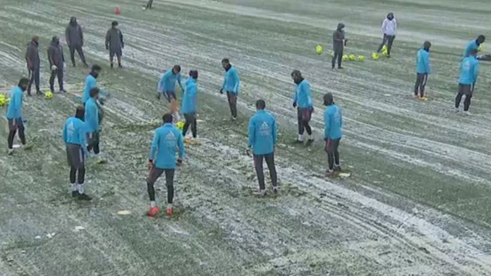 Real Madrid train in the snow