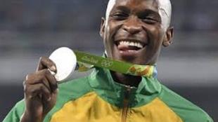 Luvo Mayonga con su plata olímpica.