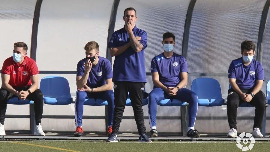 Carlos Santiso, entrenador del Rayo Vallecano, durante un partido ante...