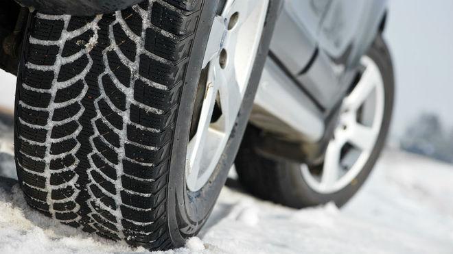 Los neumáticos de invierno tienen unos canales más profundos y...