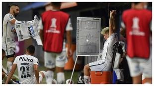 Los jugadores de Santos, en el descanso, contra Boca.