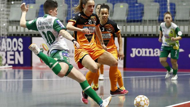 Antía Pérez trata de golpear el balón ante Leti Cortés.