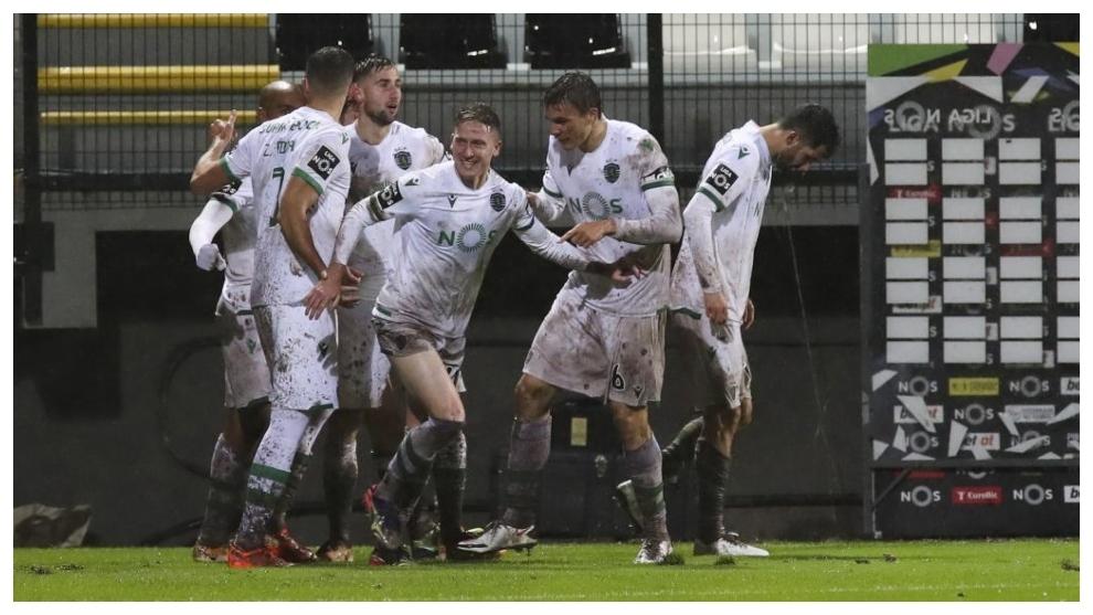 Los jugadores del Sporting CP celebran el gol de Nuno Santos.