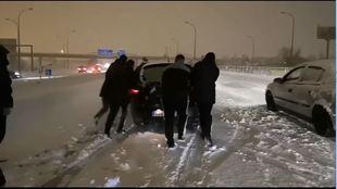 ¡¡¡Los jugadores del Rayo tuvieron que parar a empujar coches de camino a Miranda!!!