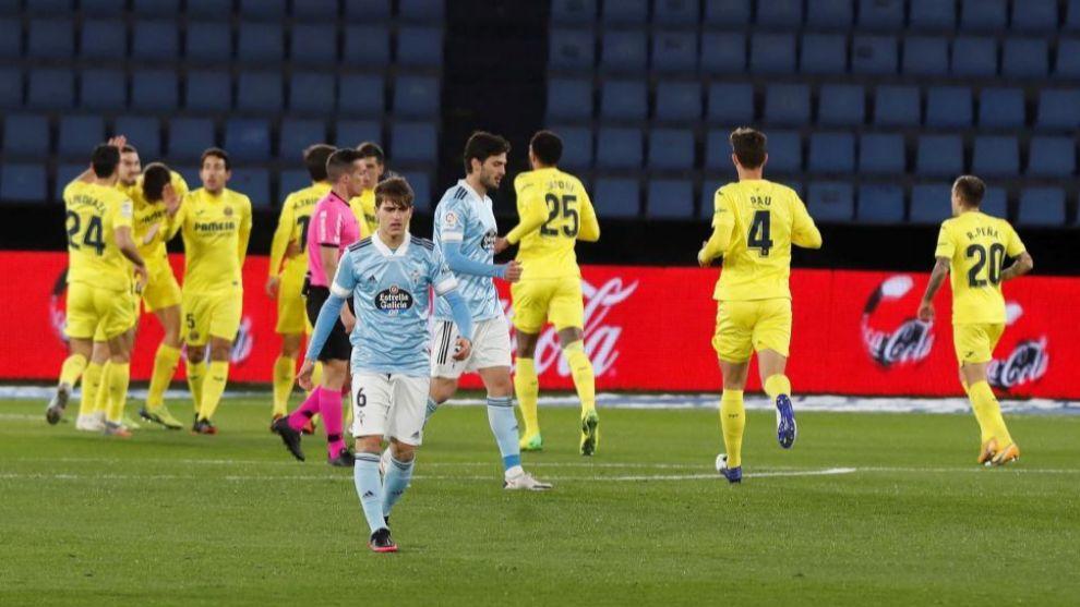 Denis Súarez se lamenta, con los jugadores del Villarreal celebrando...