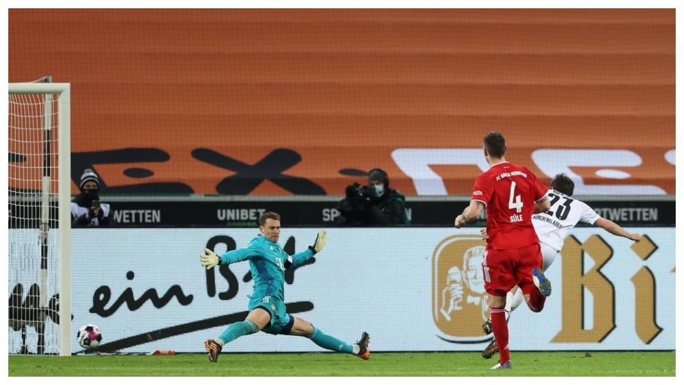 Jonas Hofmann bate a Manuel Neuer en el mano a mano para poner el...