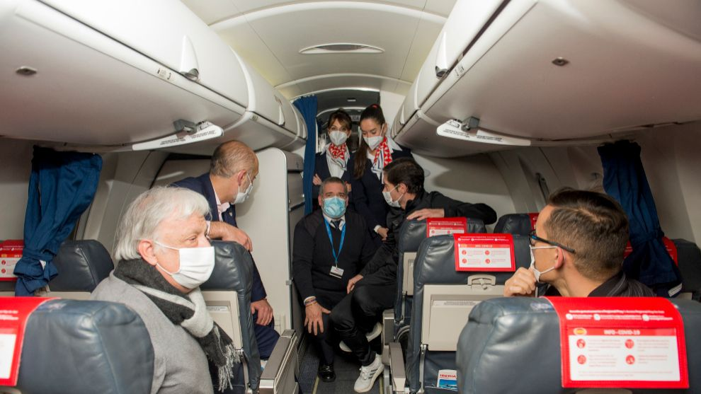 El comandante del vuelo comunica la decisión de variar el rumbo a...