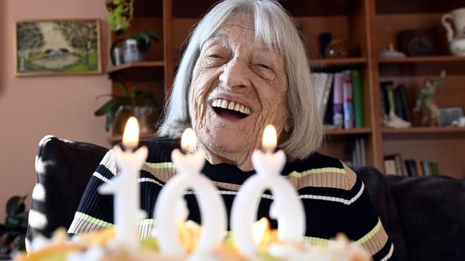 Agnes Keleti, celebrando su centenario.
