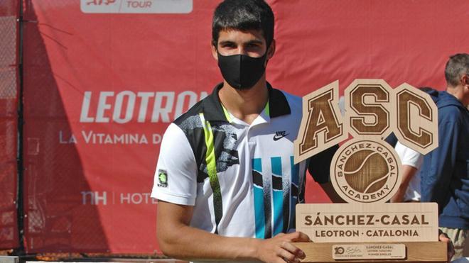 Carlos Alcaraz, con el trofeo del torneo Sánchez-Casal Leotron...