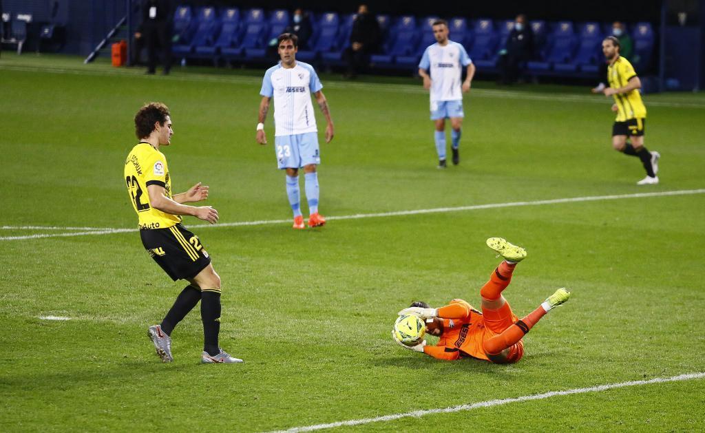 Dani Barrio ataja el balón en presencia de Blanco Leschuk, que...