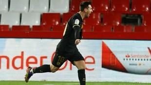 Leo Messi celebra uno de sus goles contra el Granada.