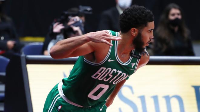 Jayson Tatum en un duelo con los Celtics.