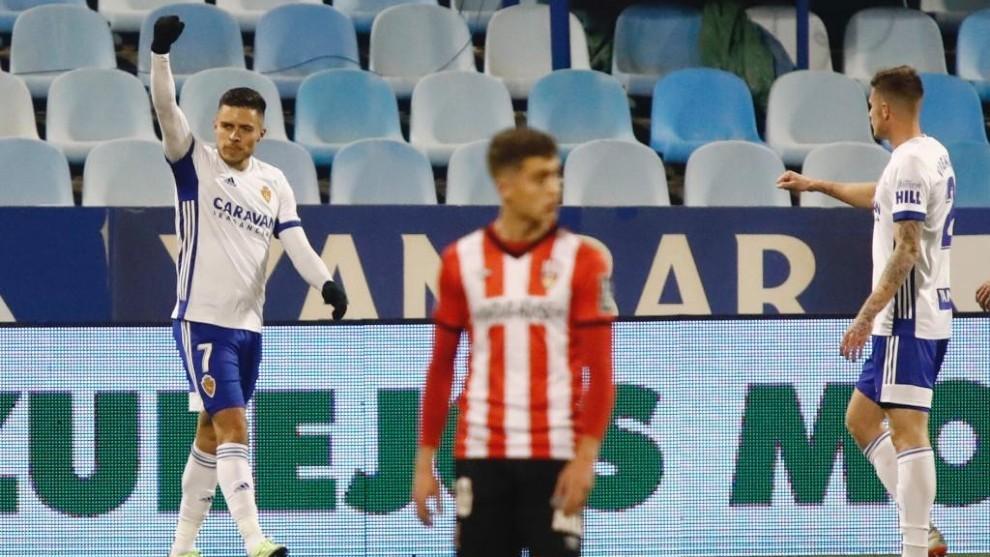 Narváez celebra su gol de penalti ante el Logroñés.