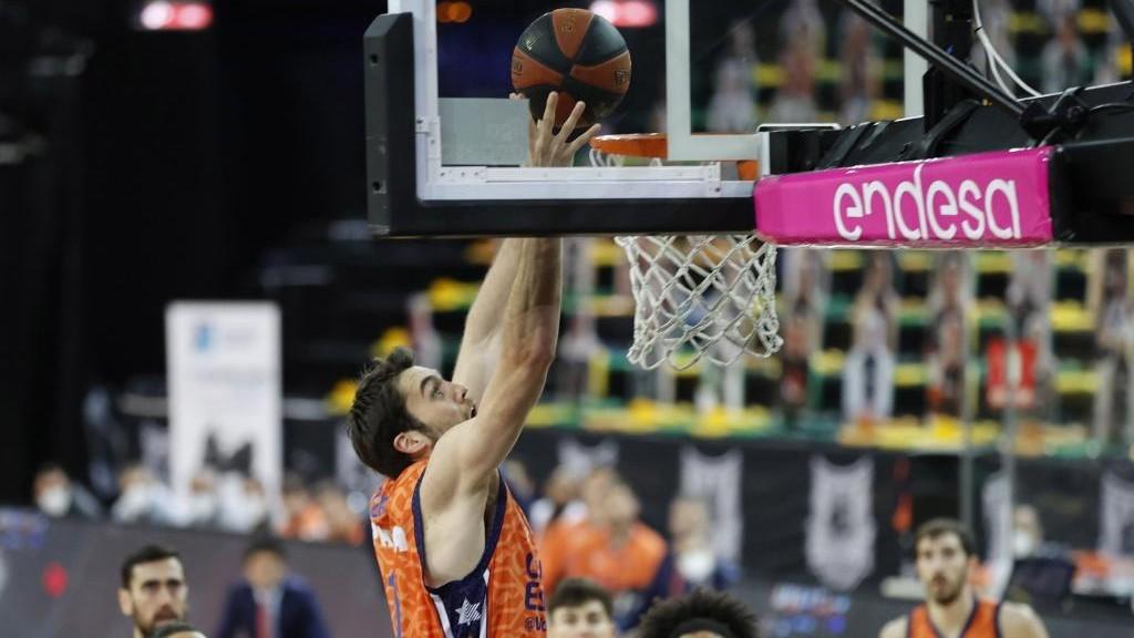 Mike Tobey se dispone a machacar el aro del Bilbao Basket.