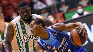 Alex Renfroe trata de superar la defensa de Youssou Ndoye.