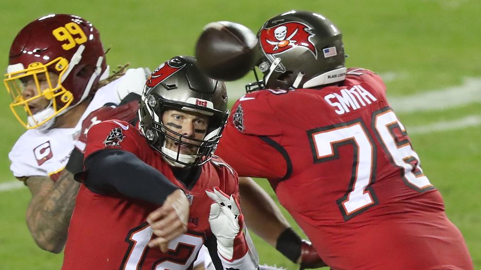 Tom Brady lanza un pase a un compañero durante el partido ante...