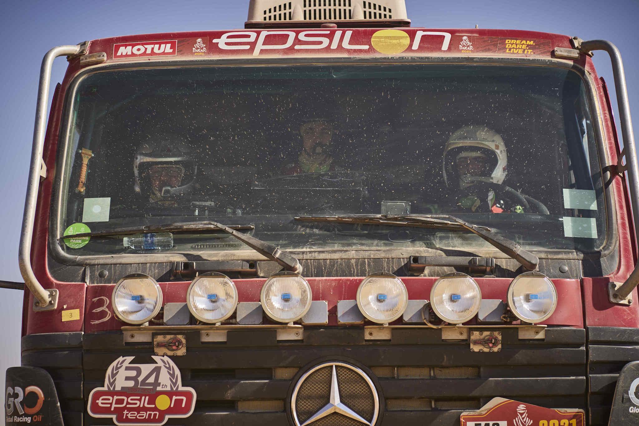 Navarro forma la tripulación del camión junto a Aguirregaviria y Salisi.