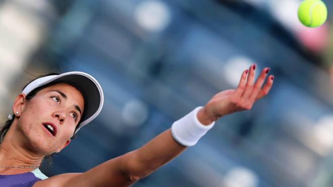Garbiñe Muguruza saca durante un partido en el Dubai Duty Free Tennis...