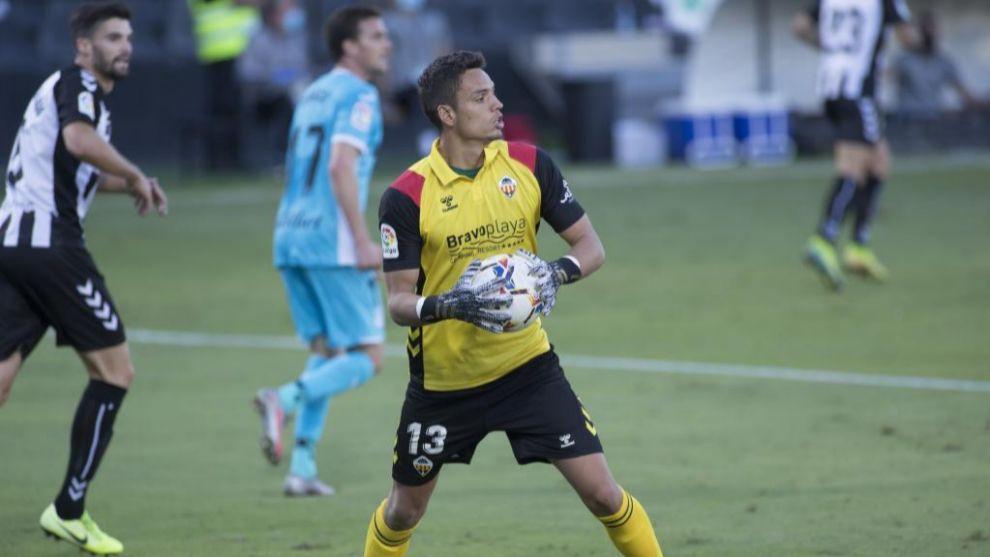 Óscar Whalley atrapa un balón en un partido del Castellón