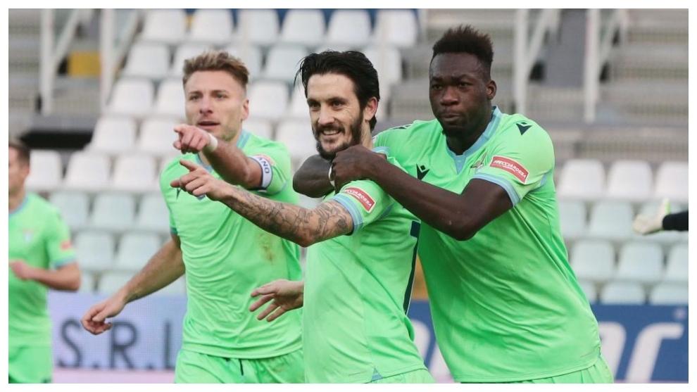 Luis Alberto celebra junto a Caicedo e Immobile su gol al Parma.